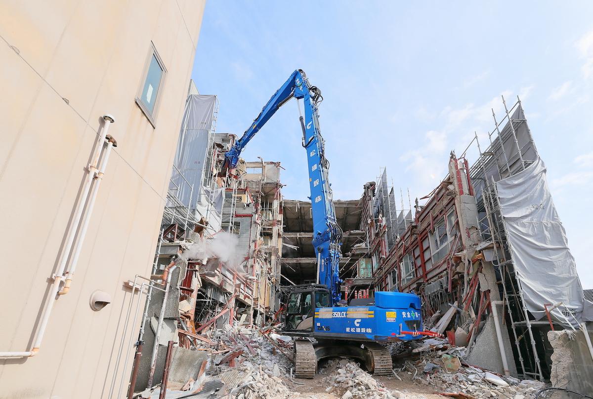 解体・土木工事を中心とした建設業務全般で地域に貢献します。(ビルの解体工事写真)